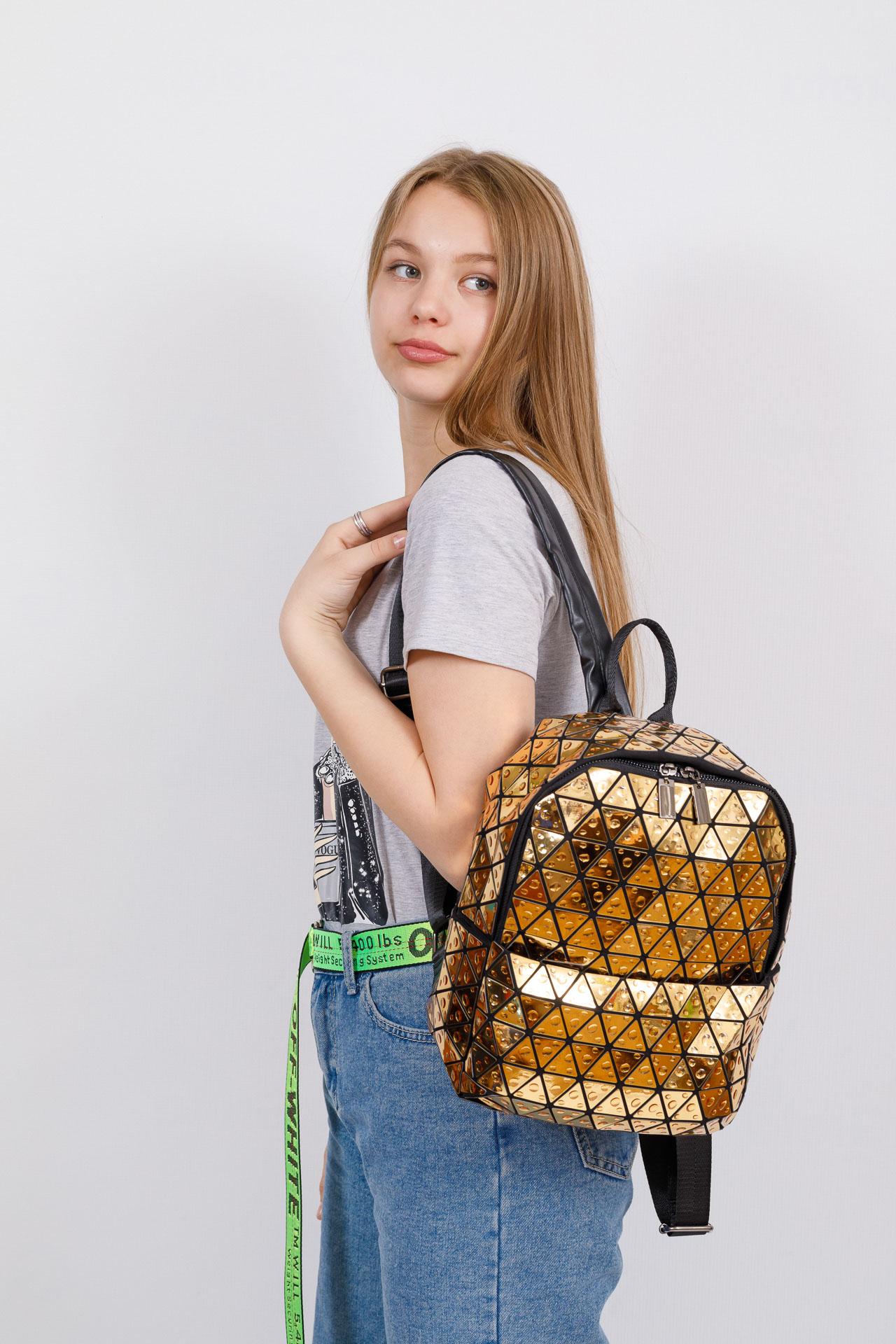 На фото 4 - Рюкзак с 3D эффектом из искусственной кожи, цвет золото