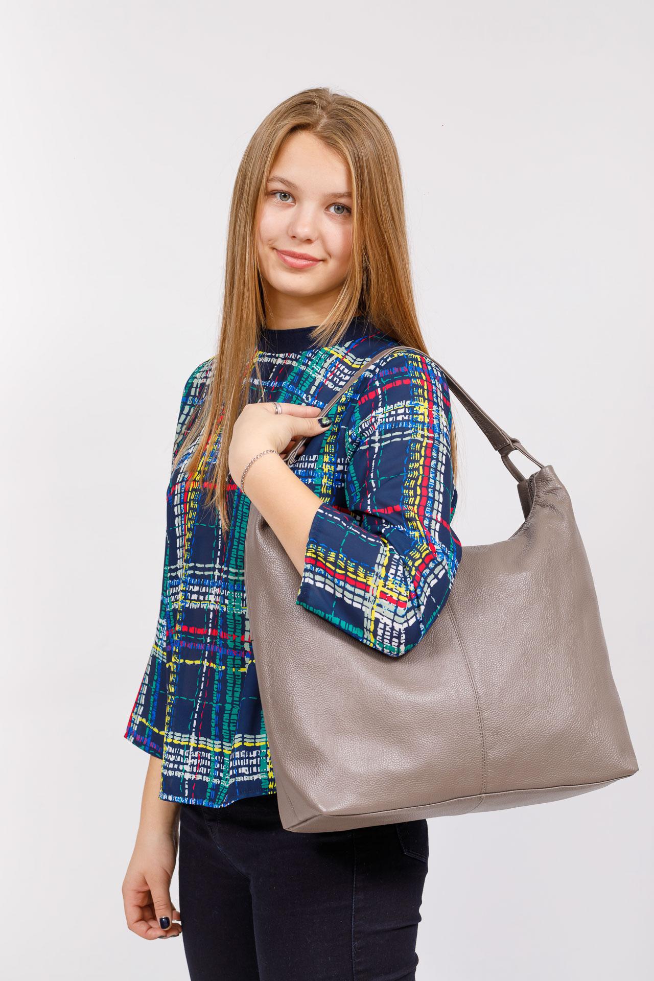 На фото 4 - Большая женская сумка из натуральной кожи, цвет бежевый