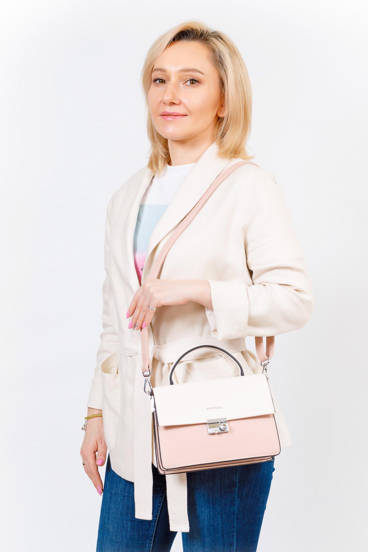 На фото 5 - Легкая летняя сумка с клапаном из экокожи, цвет пудра