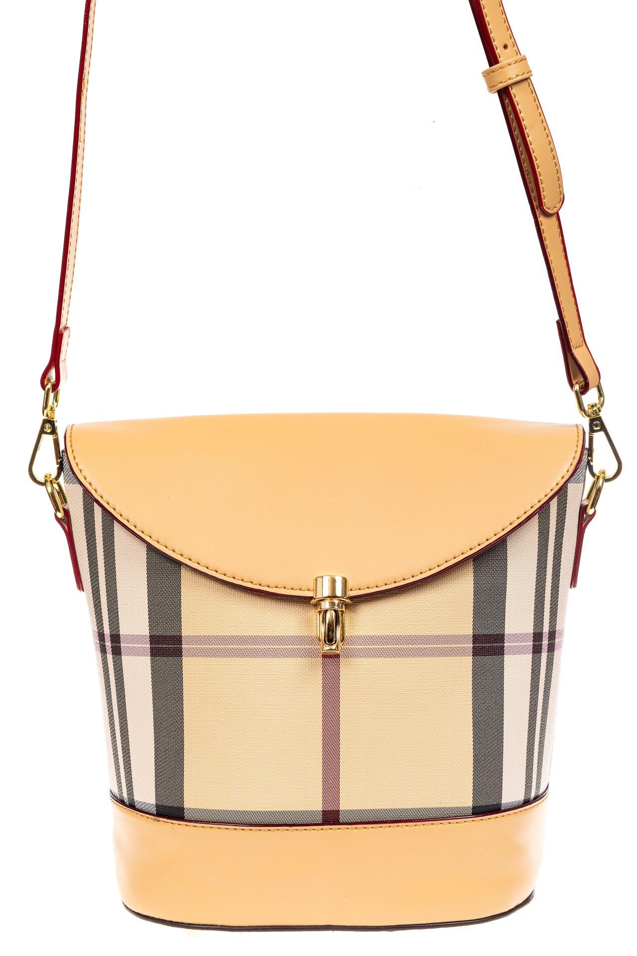 На фото 2 - Женская сумка из кожзама с клапаном, цвет бежевый
