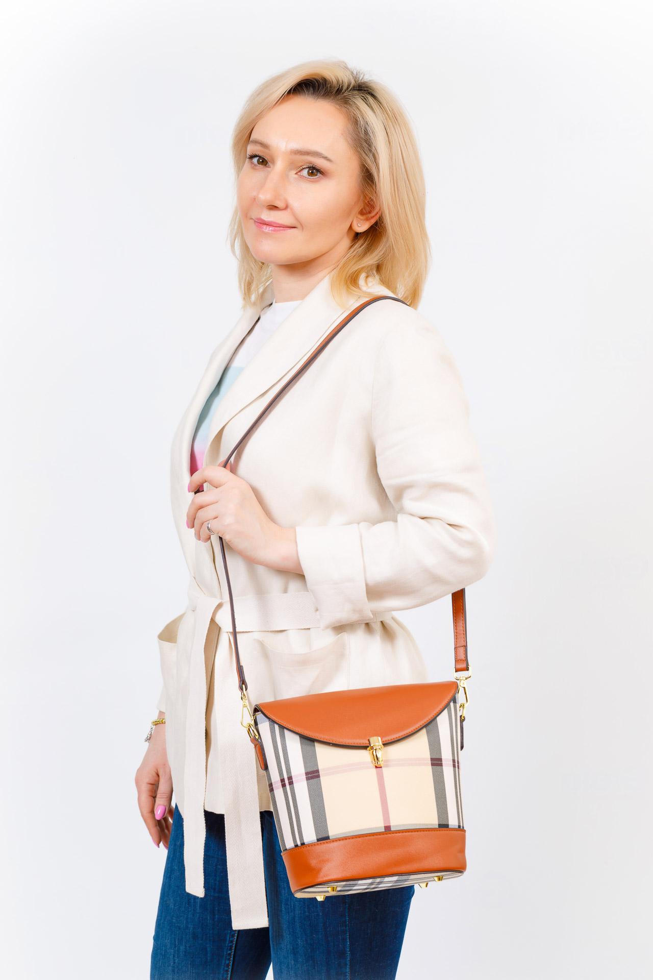 На фото 5 - Женская сумка из кожзама сумка с клапаном, цвет коричневый