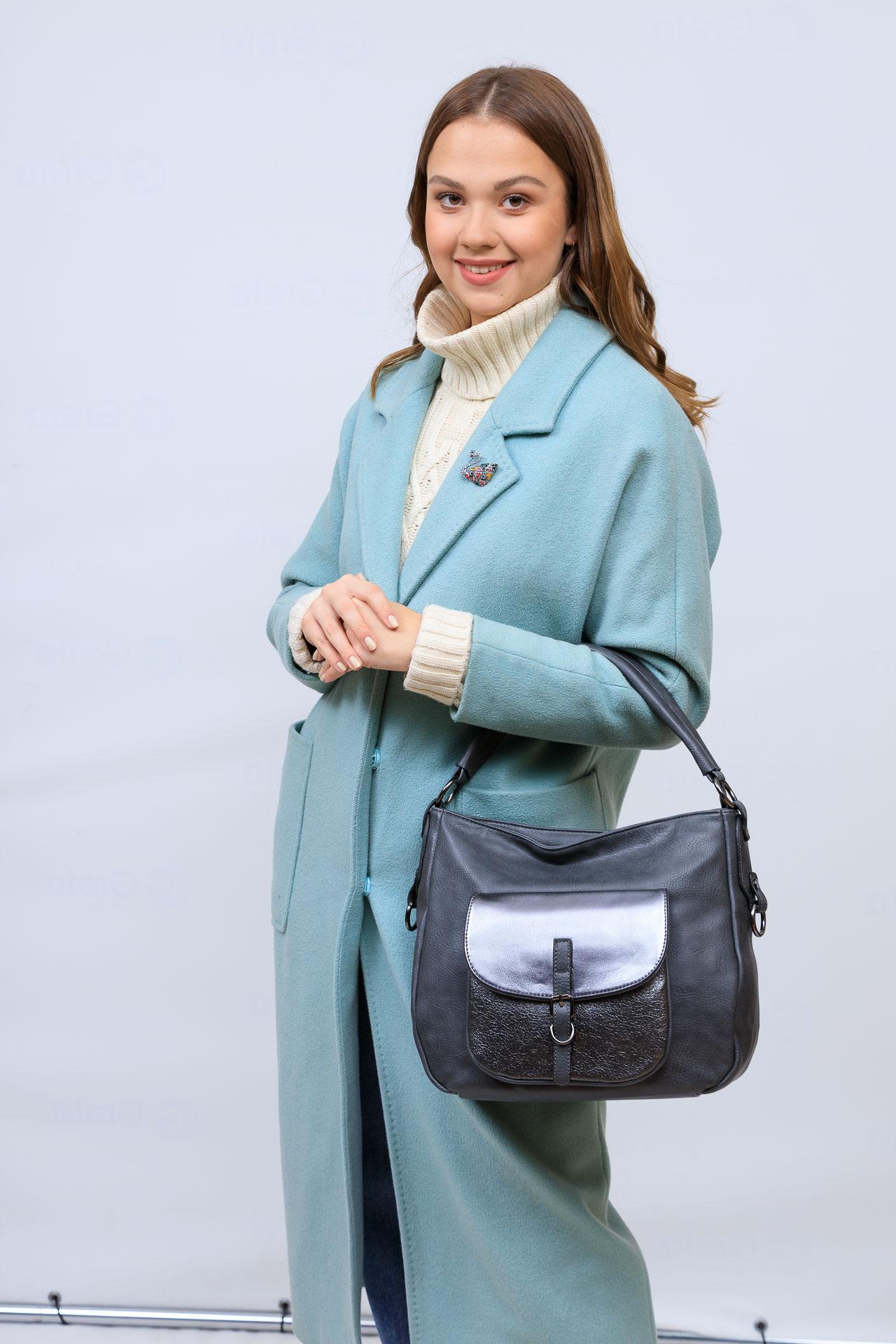 На фото 1 - Женская сумка хобо из гладкой экокожи, цвет серый