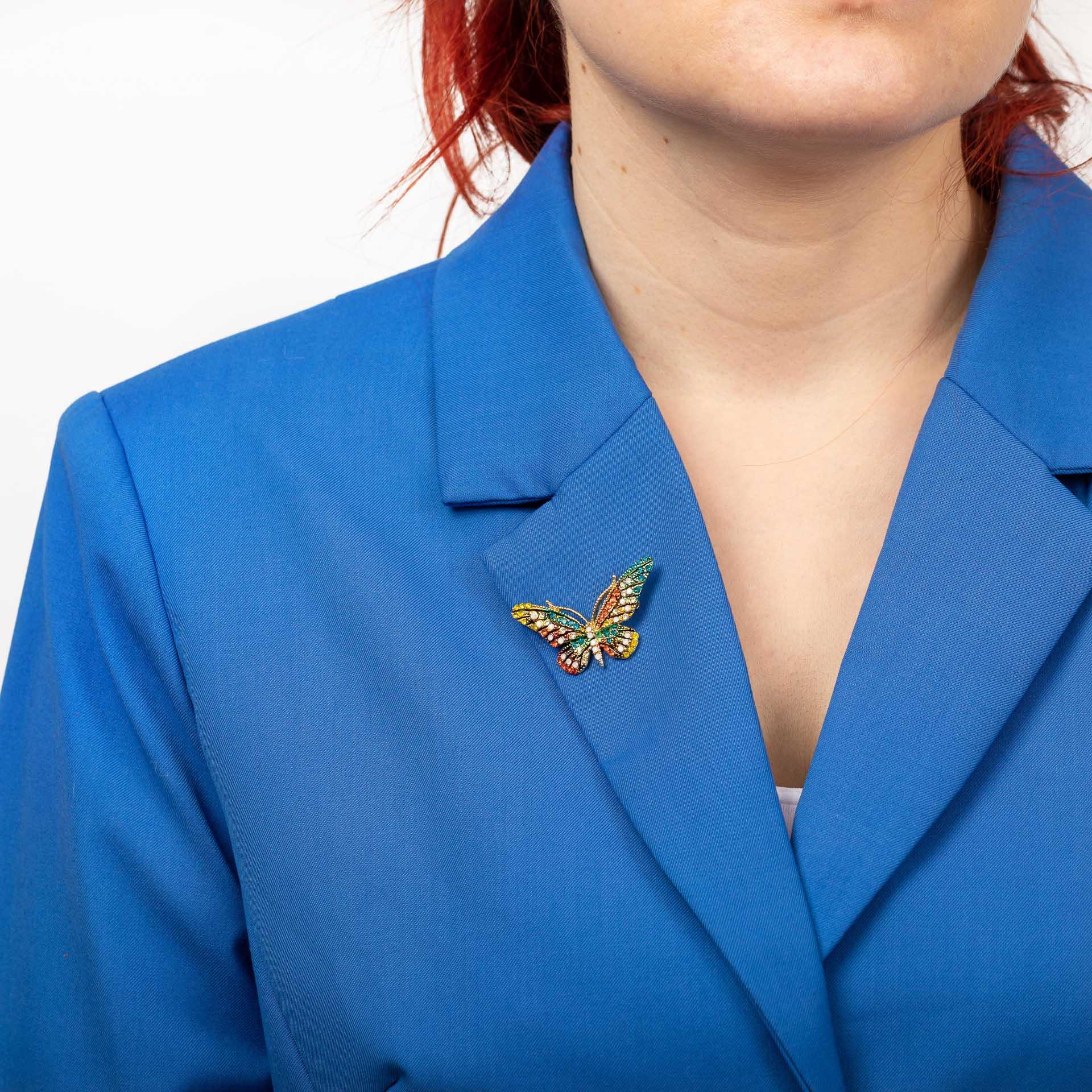 На фото 3 - Брошь в форме бабочки со стразами