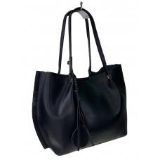 На фото 1 - Кожаная сумка с подвеской, цвет чёрный