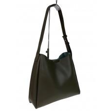 На фото 1 - Женская кожаная сумка на широком ремне, цвет хаки