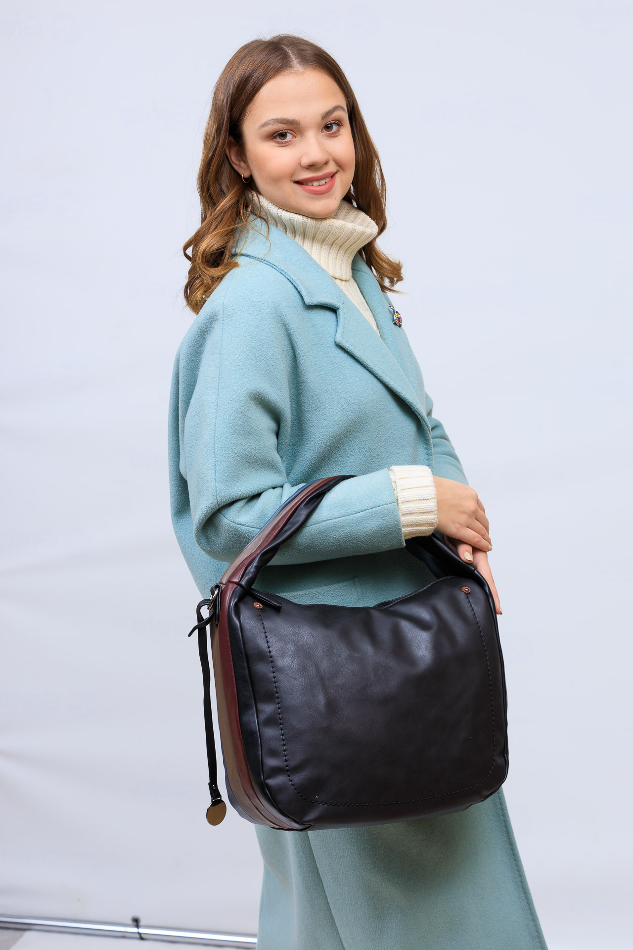 На фото 1 - Женская сумка хобо из гладкой экокожи, цвет мультицвет