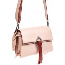 На фото 1 - Женская сумка из искусственной кожи с клапаном и подвесками, цвет розовый