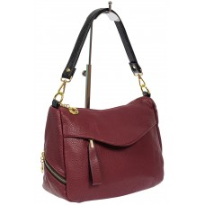 На фото 1 - Женская сумка из фактурной искусственной кожи с подвеской, цвет бордовый
