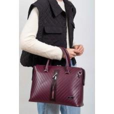 На фото 1 - Женская сумка из экокожи с подвеской, цвет вишнёвый