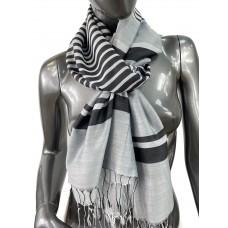 На фото 1 - Лёгкий шарф-палантин в полоску, цвет чёрный с белым