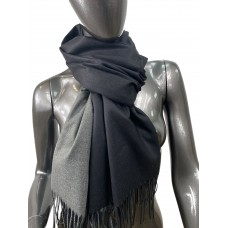 На фото 1 - Двухсторонний палантин из хлопка и шерсти, цвет черный и серый