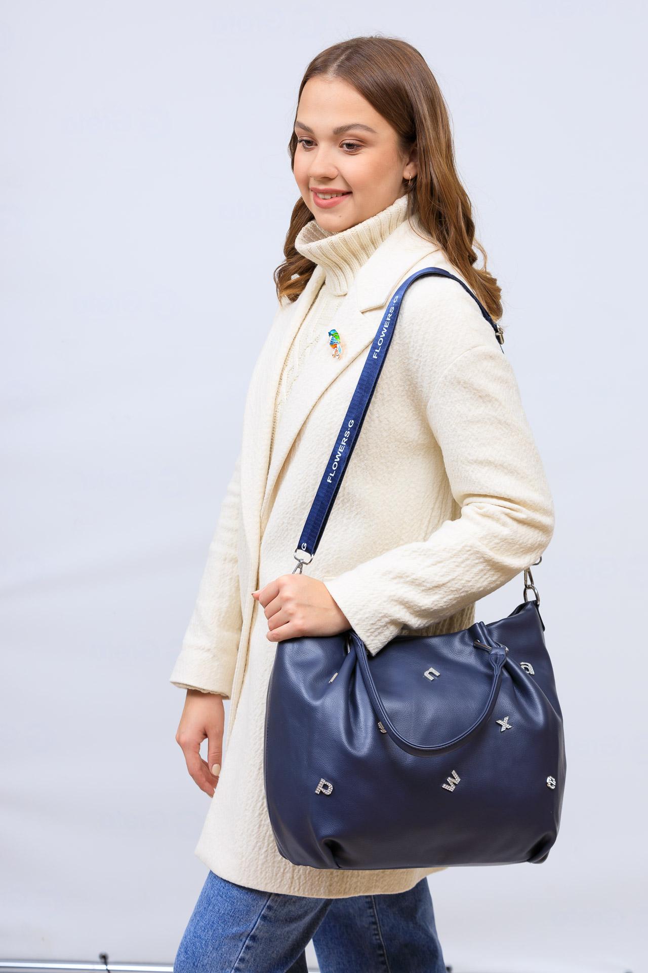 На фото 1 - Женская сумка хобо из гладкой экокожи, цвет синий