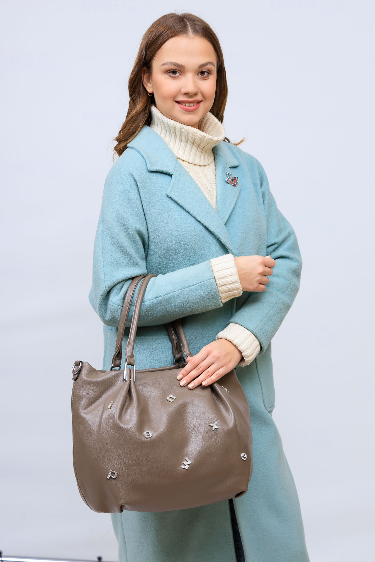 На фото 1 - Женская сумка хобо из гладкой экокожи, цвет коричневый