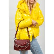 На фото 1 - Женская сумка кросс-боди из искусственной кожи с цепочками, цвет бордо