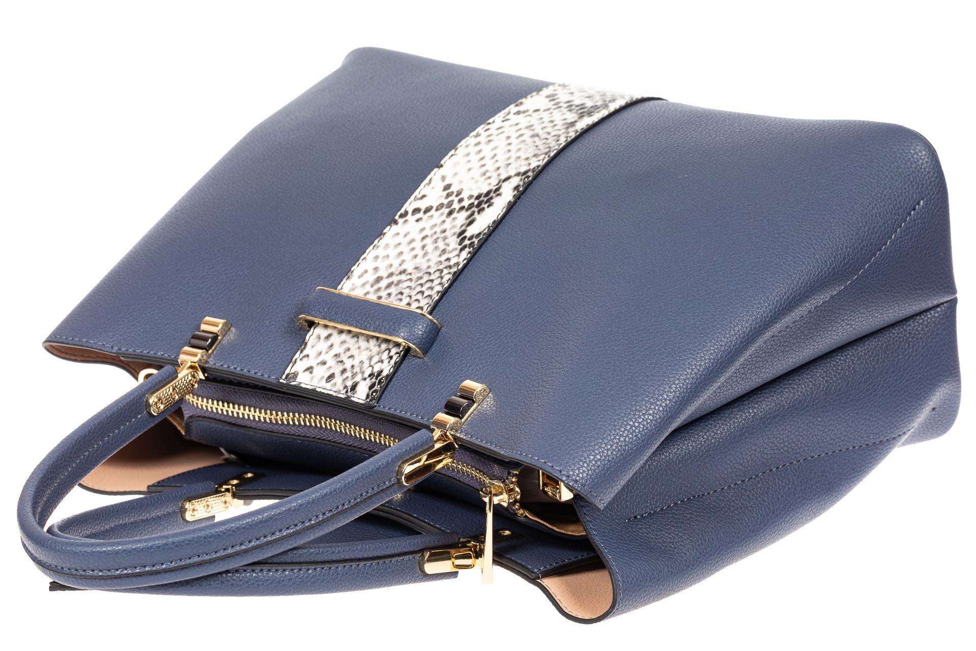 На фото 4 - Кожаная женская сумка тоут с вставкой под рептилию, цвет голубой
