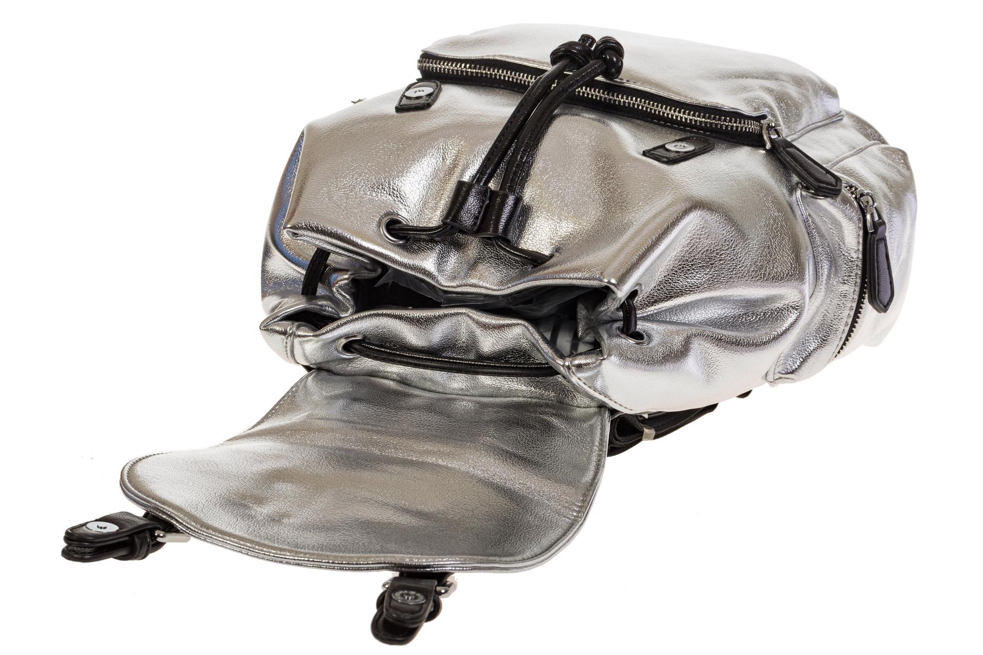 На фото 4 - Рюкзак-портфель из искусственной кожи серебристого цвета