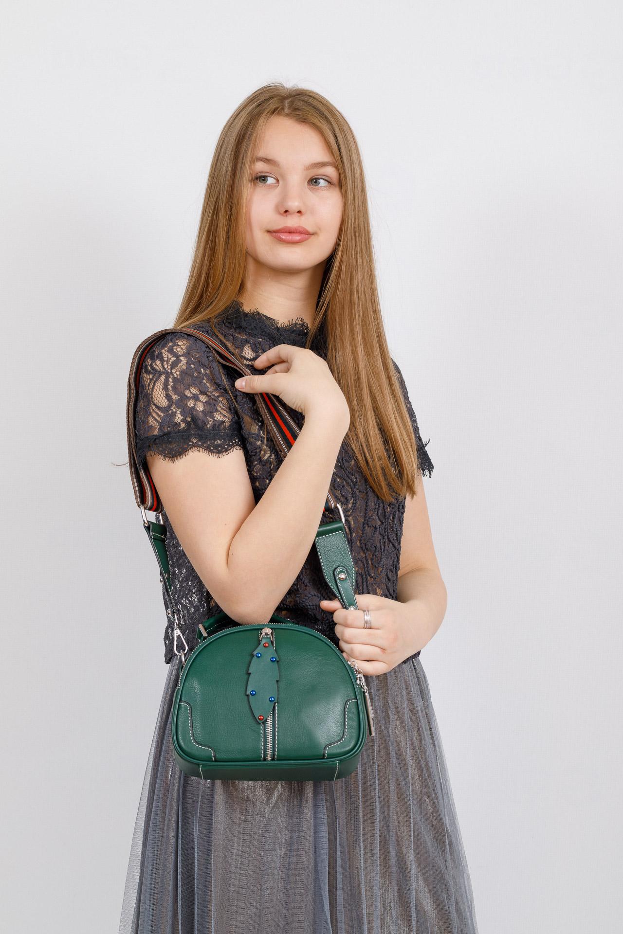 На фото 4 - Небольшая сумка купол из натуральной кожи, цвет зеленый