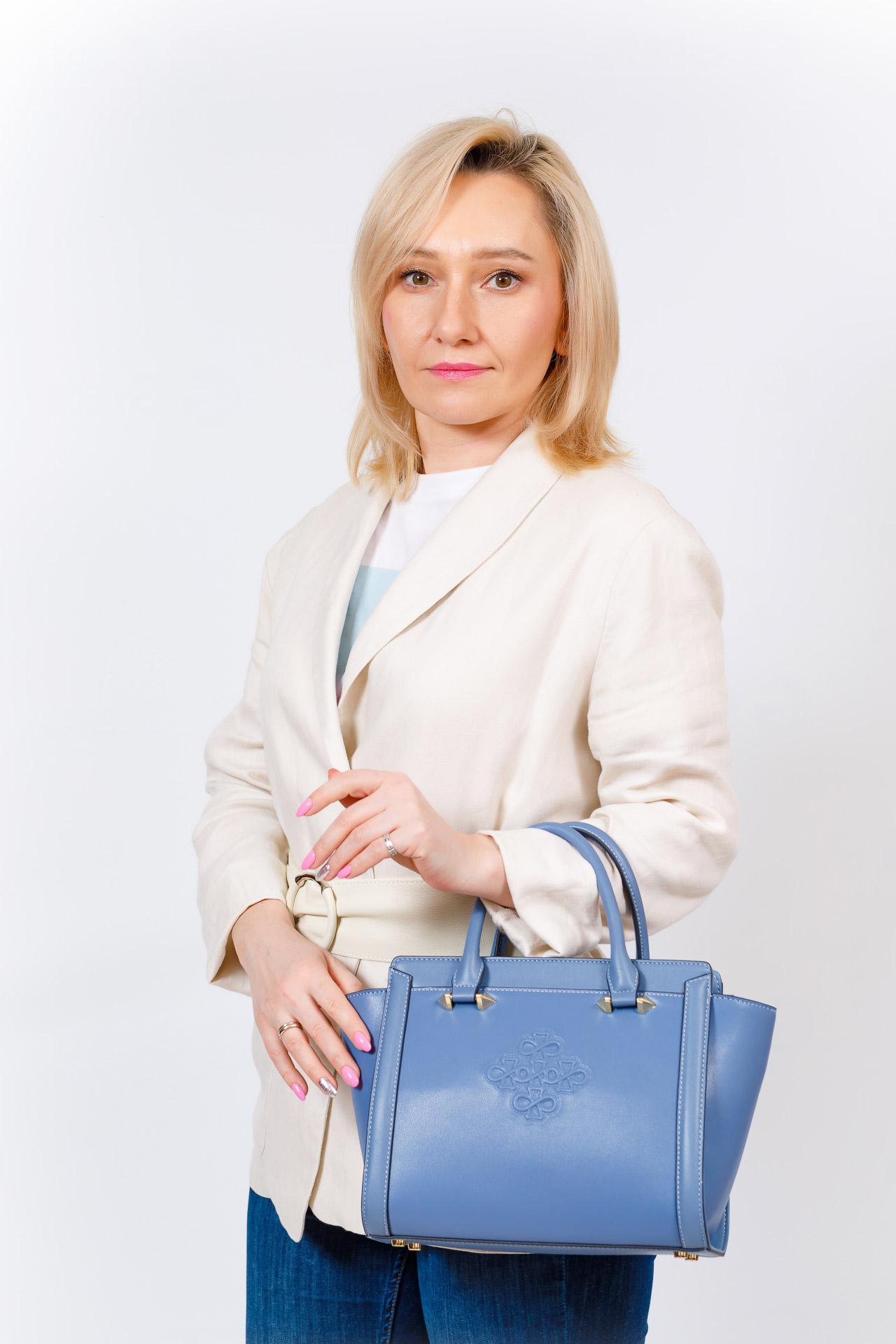 На фото 5 - Кожаная женская сумка-трапеция, цвет красный