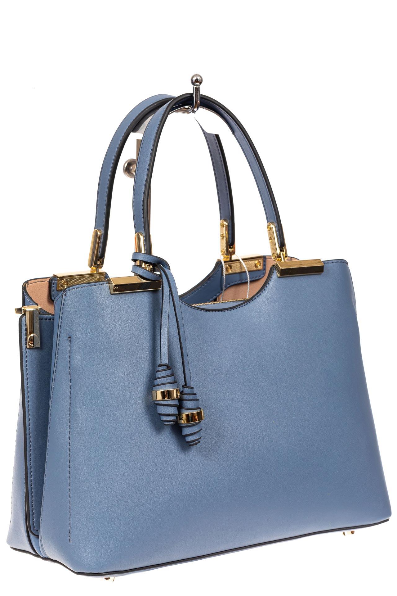 На фото 1 - Кожаная женская сумка тоут с подвеской, цвет голубой