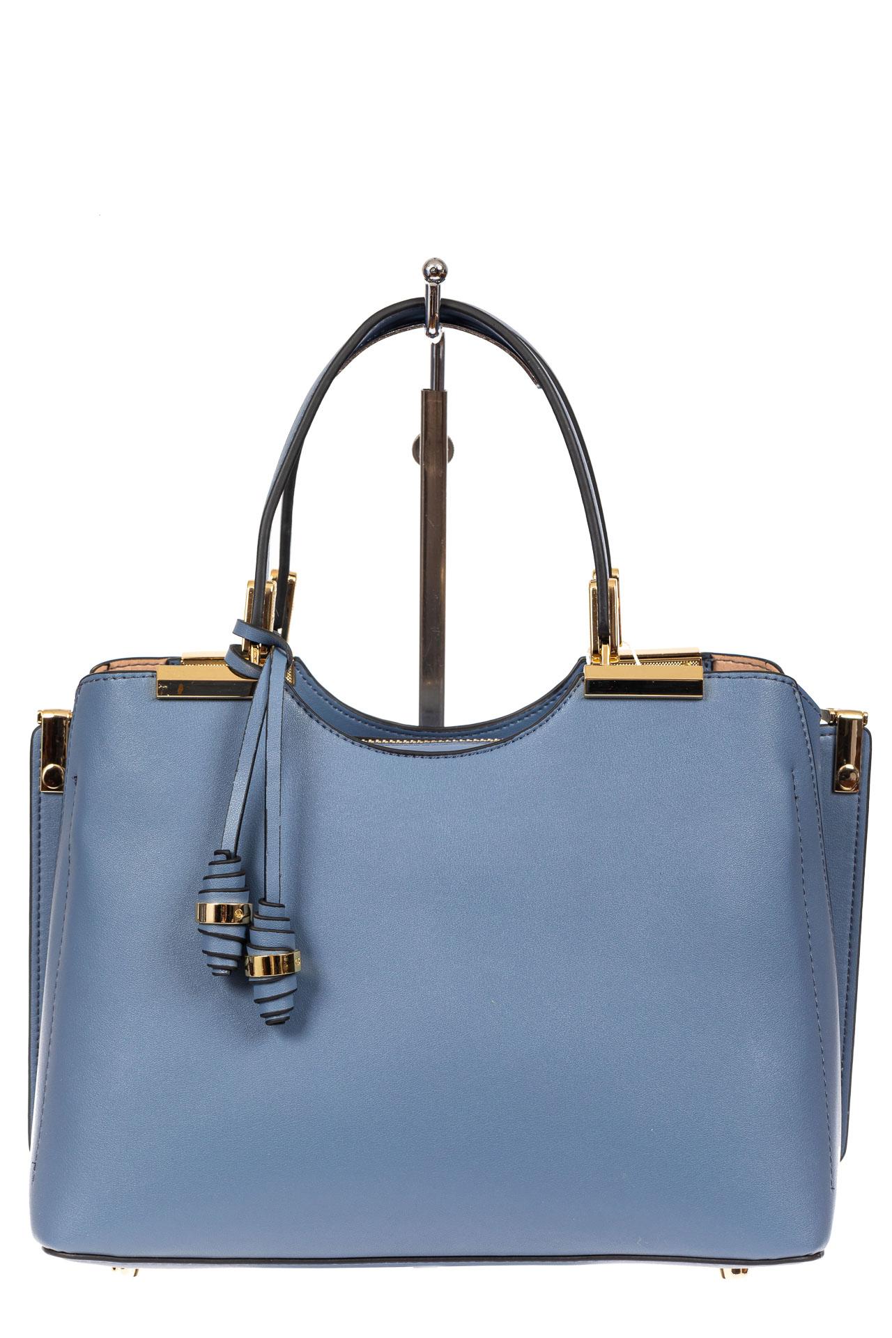 На фото 2 - Кожаная женская сумка тоут с подвеской, цвет голубой