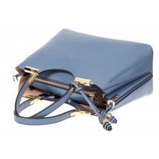 На фото 4 - Кожаная женская сумка тоут с подвеской, цвет голубой