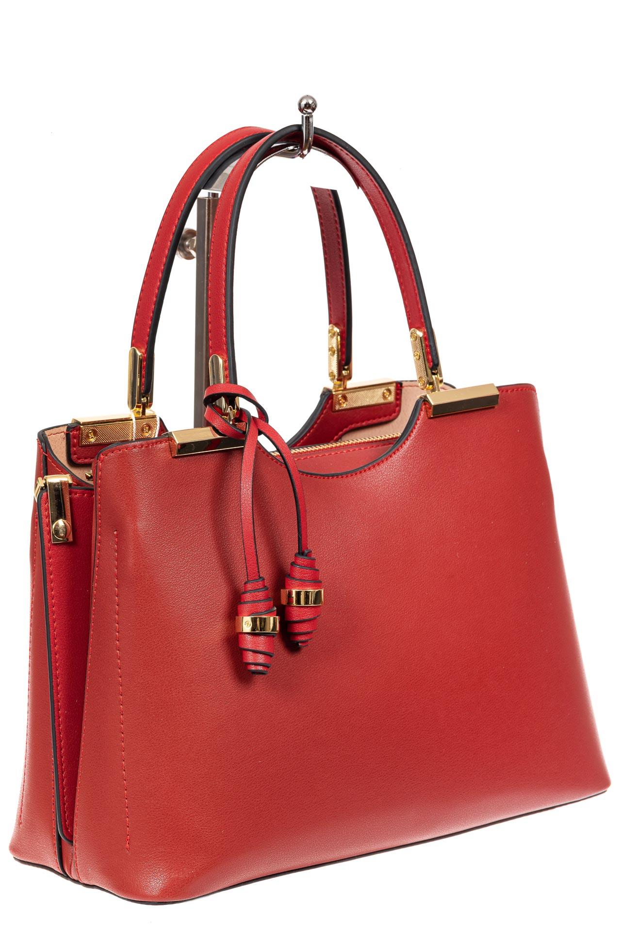 На фото 1 - Кожаная женская сумка тоут с подвеской, цвет красный