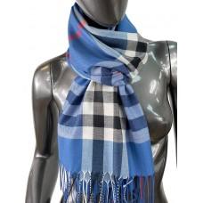 На фото 1 - Кашемировый шарф-палантин с бахромой в клетку, цвет джинсовый