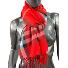 На фото 1 - Кашемировый шарф-палантин с бахромой в клетку, цвет красный