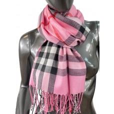 На фото 1 - Кашемировый шарф-палантин с бахромой в клетку, цвет розовый