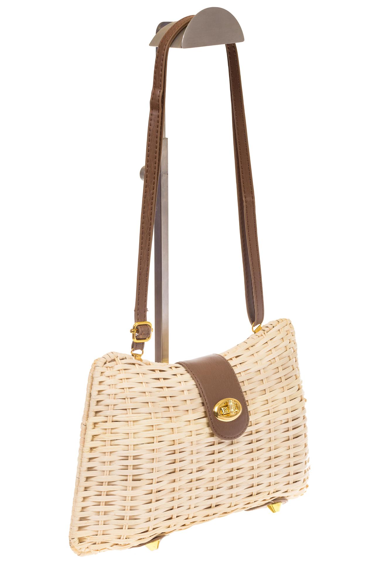 на фото Плетеная сумка из соломы с кожаной застежкой 261
