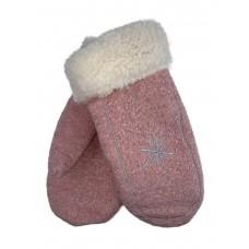 На фото 1 - Женские варежки-нетеряшки из шерсти с вышивкой, цвет розовый