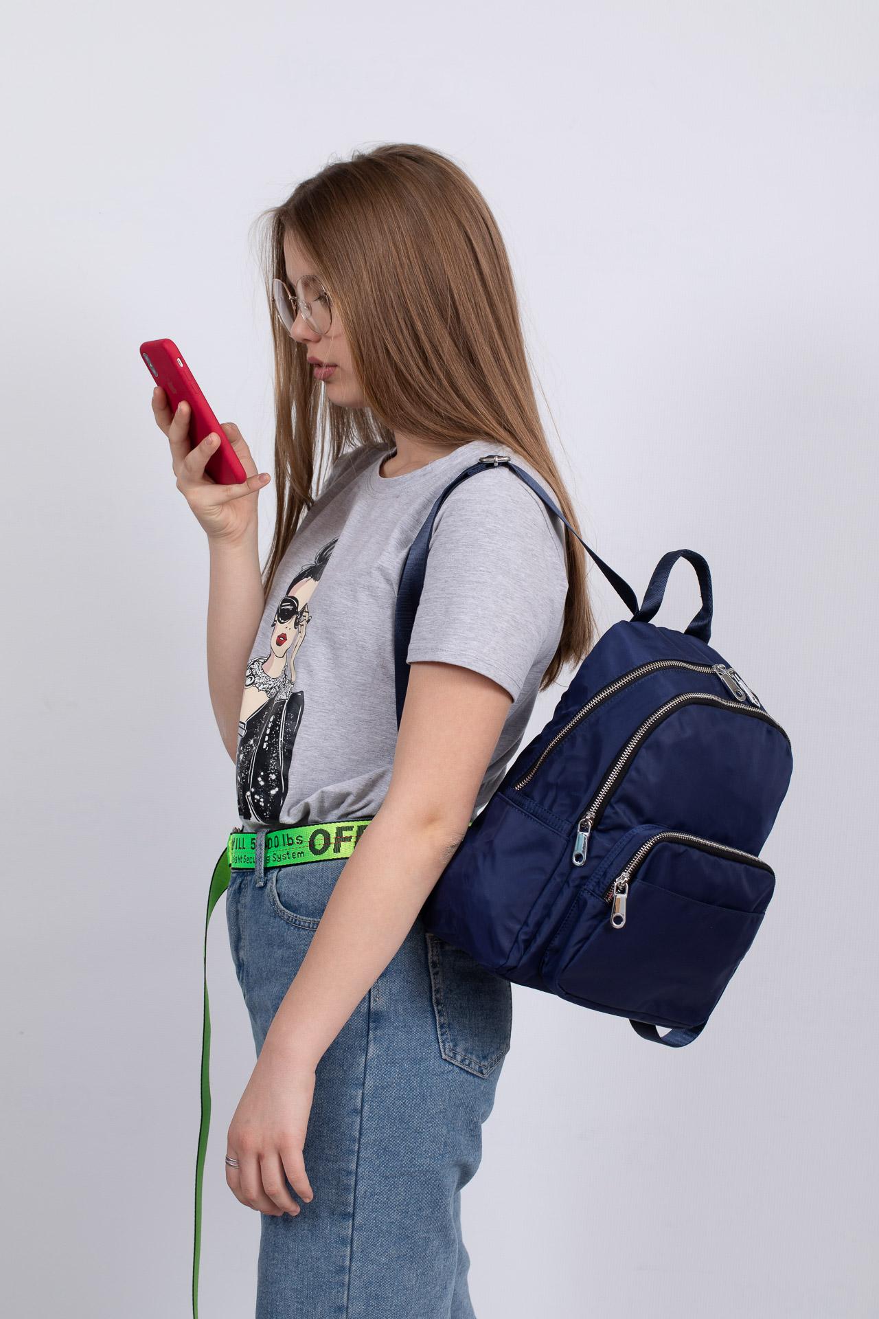 На фото 4 - Городской женский рюкзак из текстиля, цвет синий