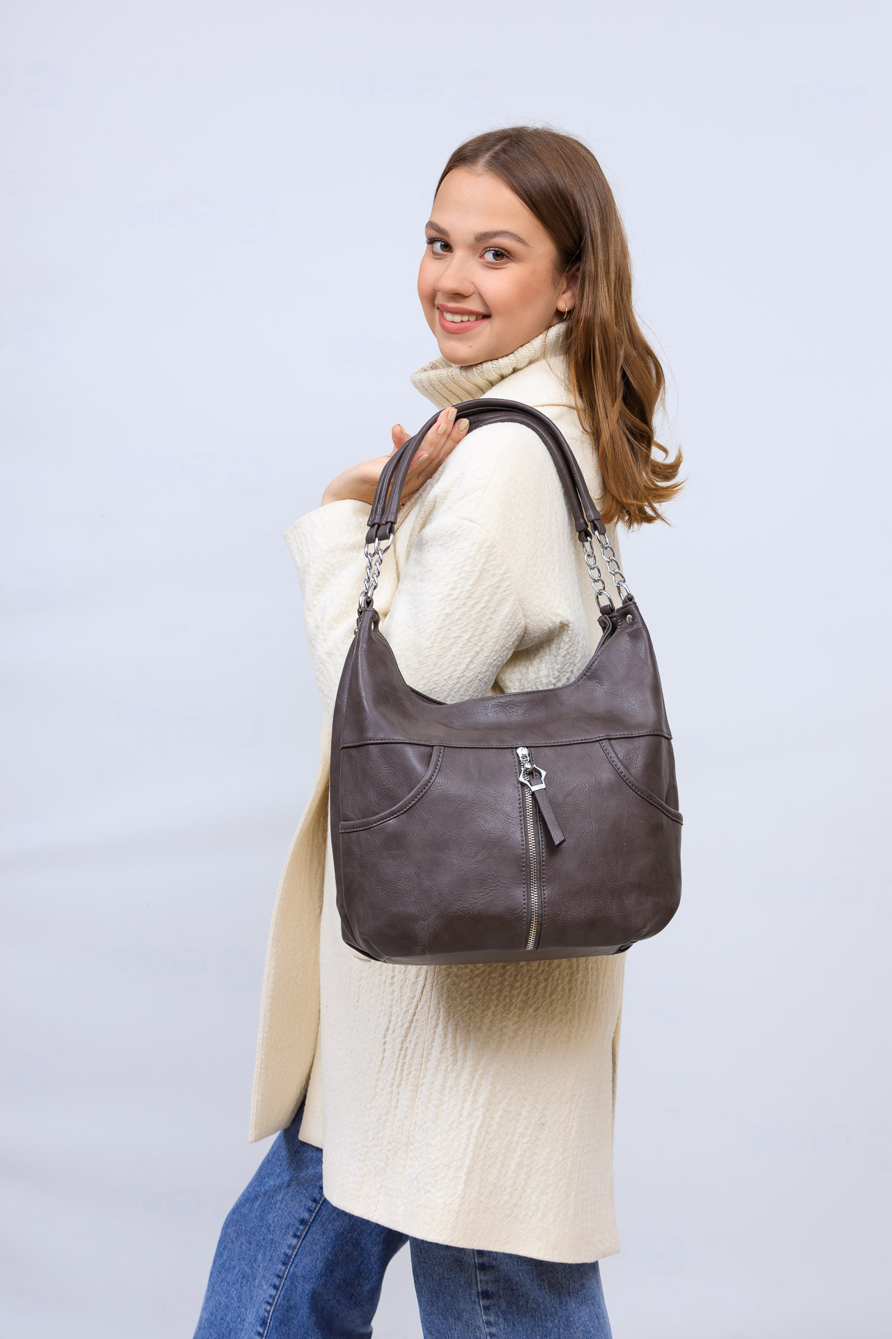 На фото 1 - Женская сумка хобо из искусственной кожи, цвет коричневый
