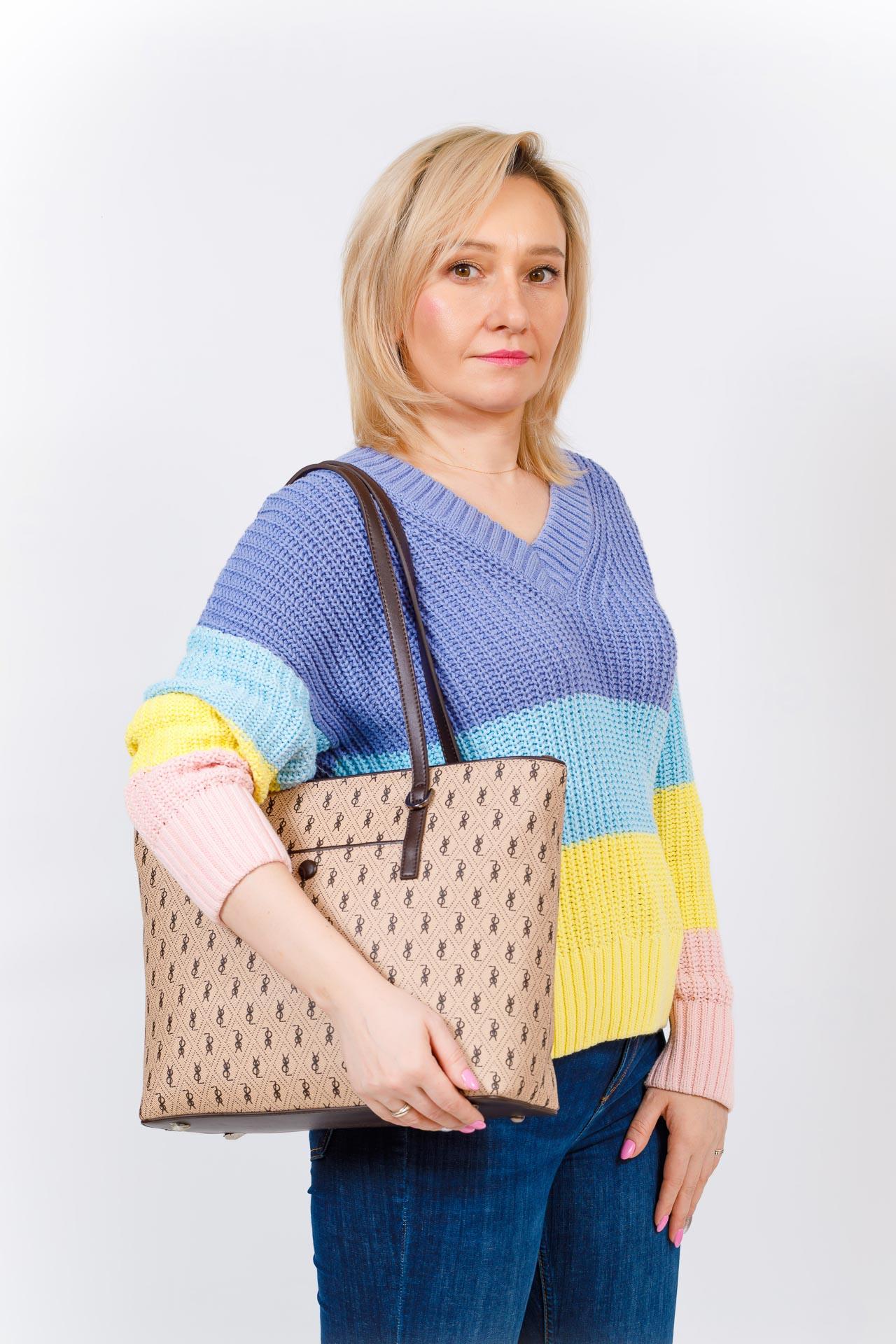 На фото 5 - Женская сумка шоппер из искусственной кожи, цвет бежевый с принтом