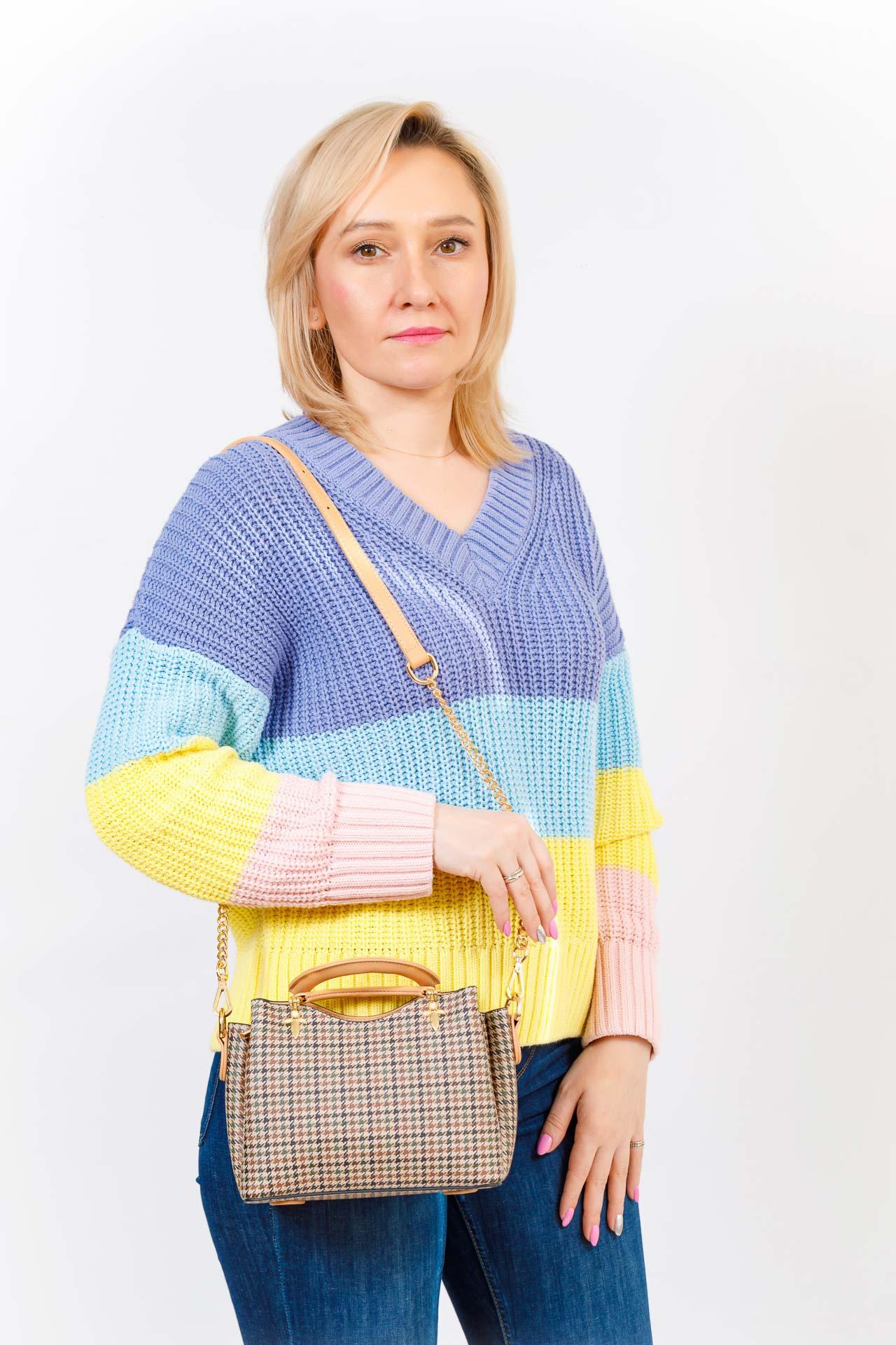 На фото 5 - Женская сумка из кожзама с жесткими ручками, цвет бежевый