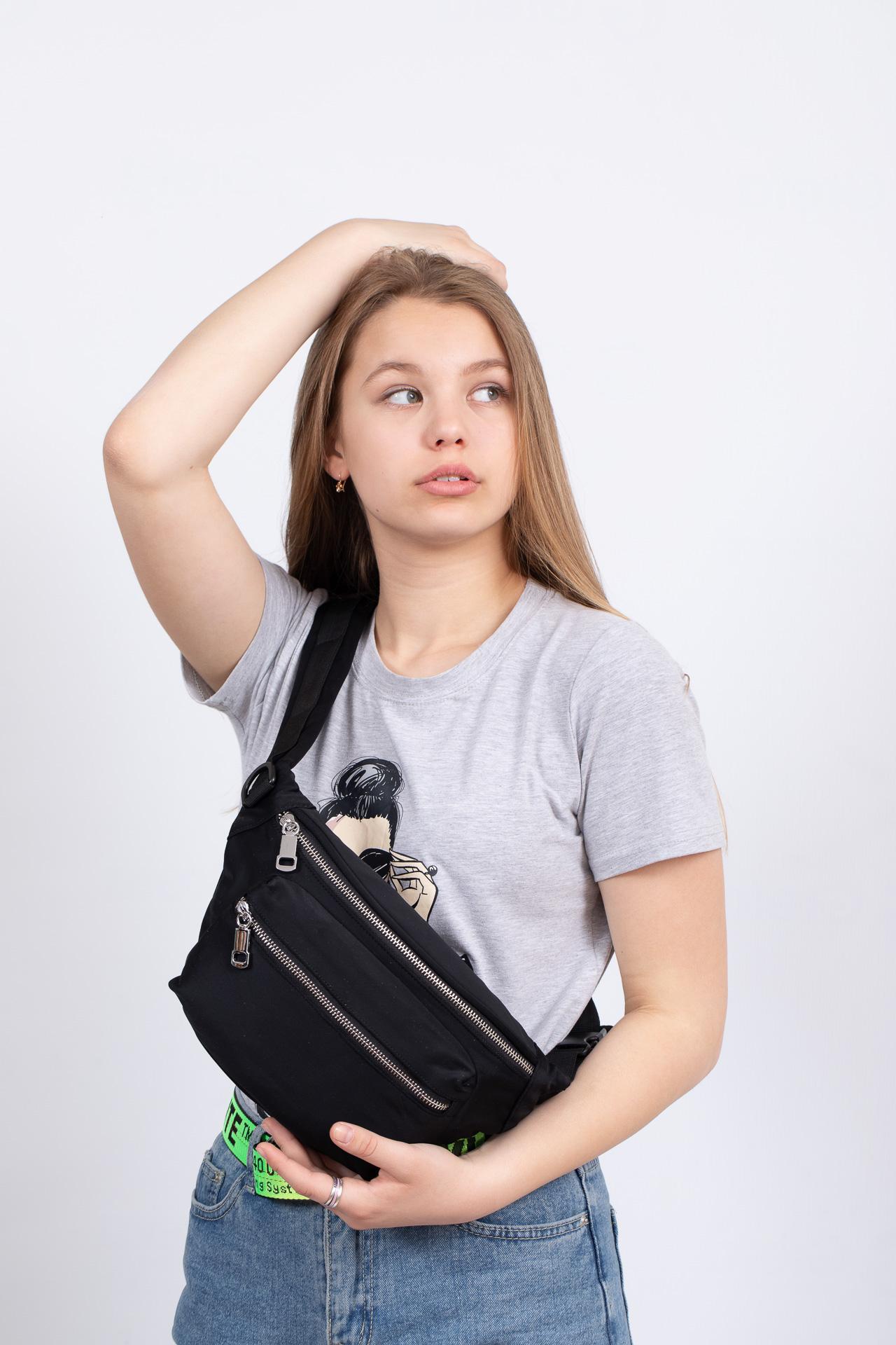 На фото 4 - Классическая поясная сумка из текстиля, цвет черный