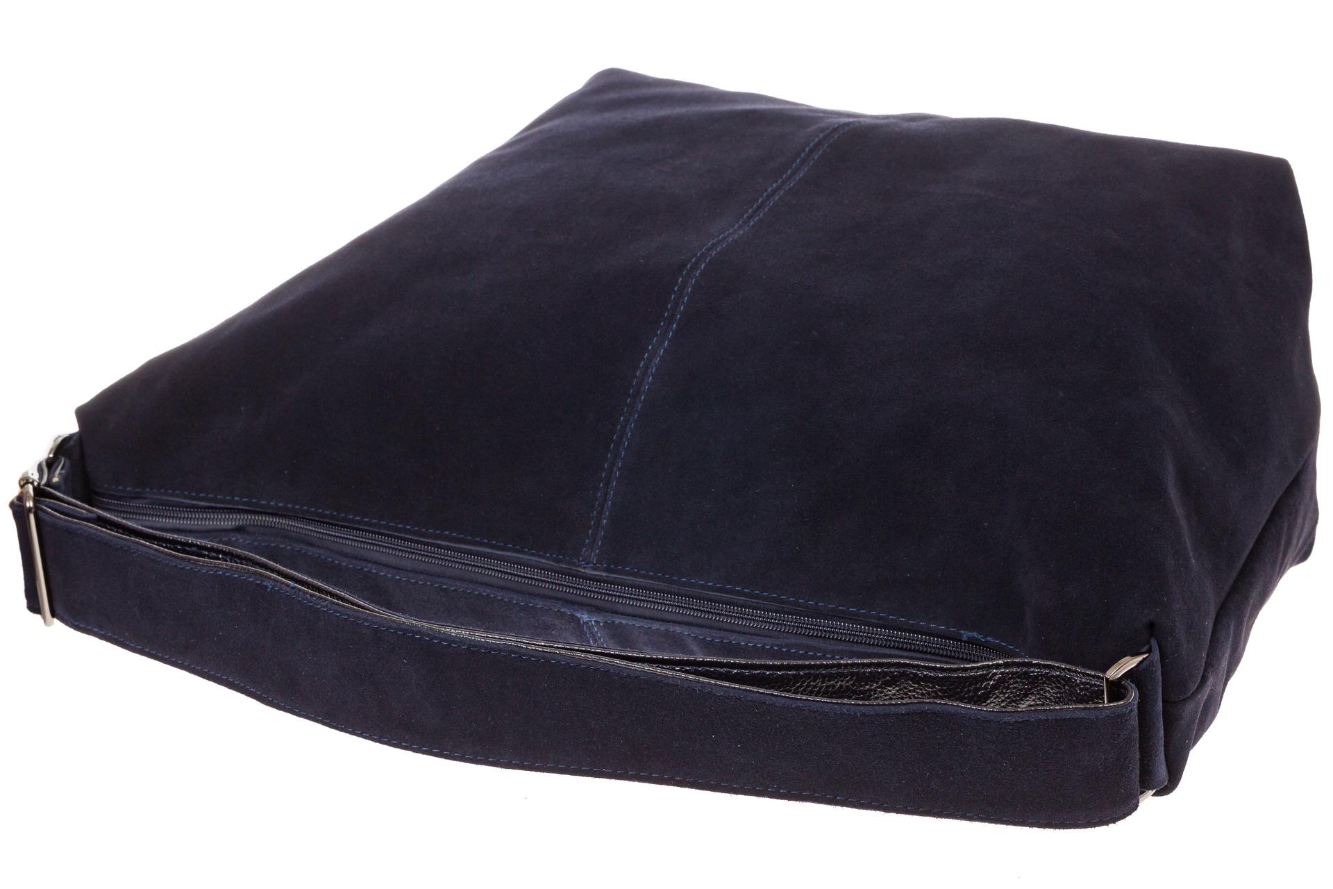 На фото 4 - Замшевая сумка хобо синего цвета