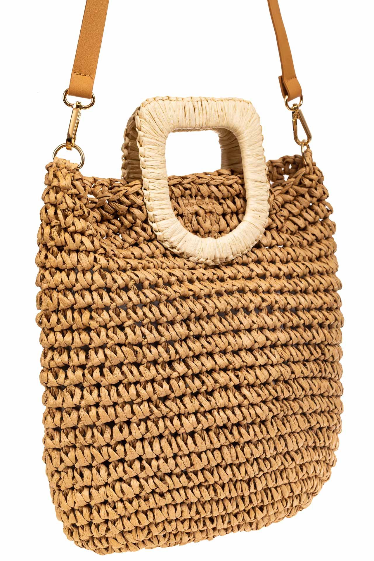 На фото 1 - Плетеная сумка тоут из джута с акцентной квадратной ручкой, цвет крафт