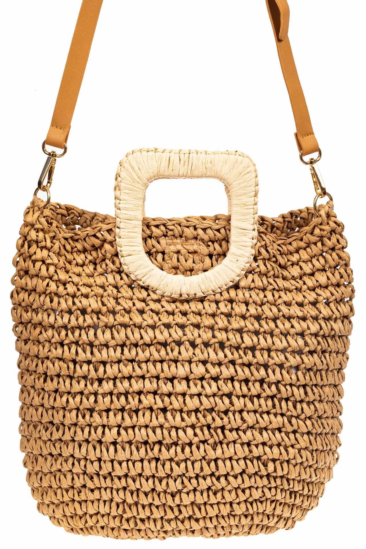 На фото 2 - Плетеная сумка тоут из джута с акцентной квадратной ручкой, цвет крафт