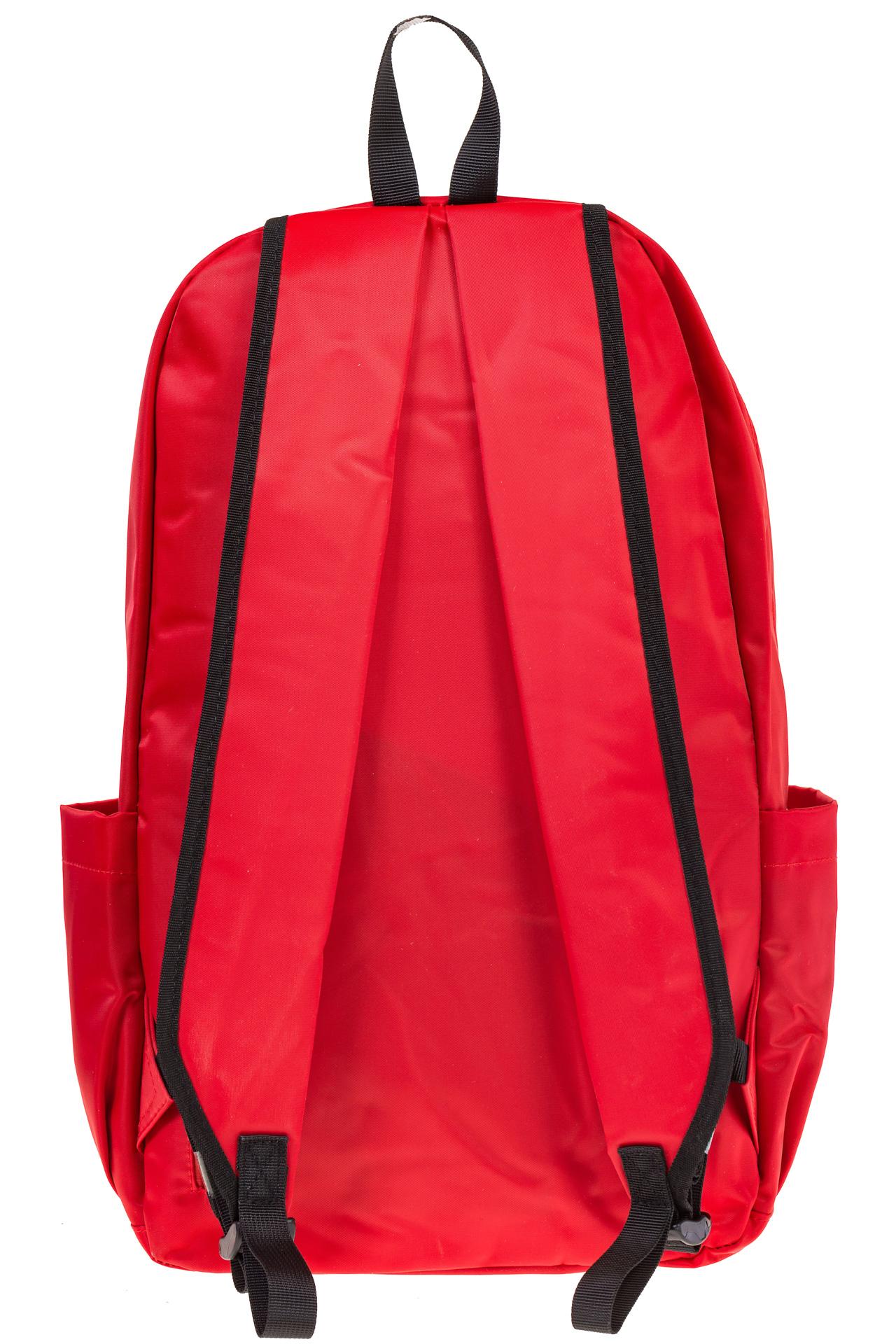 На фото 3 - Вертикальный рюкзак из текстиля, цвет – красный