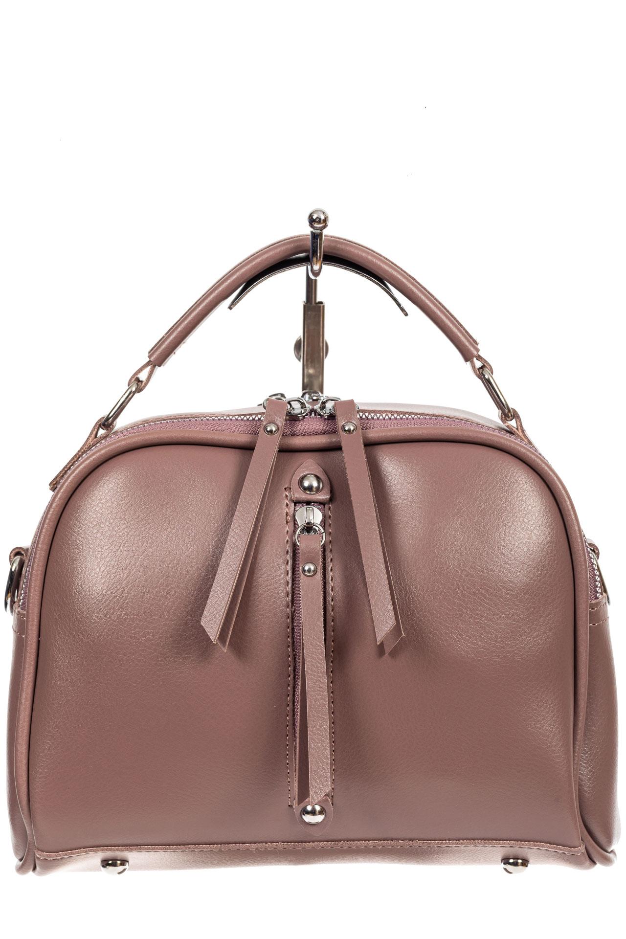 На фото 2 - Женская сумка-купол из искусственной кожи  с подвесками, цвет пыльная роза