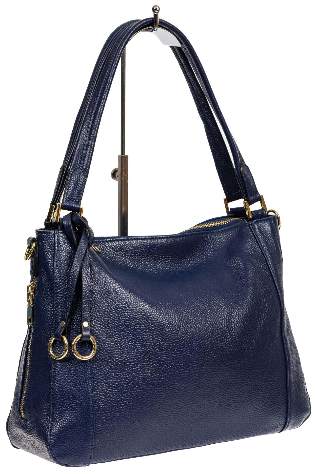 На фото 1 - Классическая женская сумка из натуральной кожи с декоративной подвеской, цвет тёмно-синий