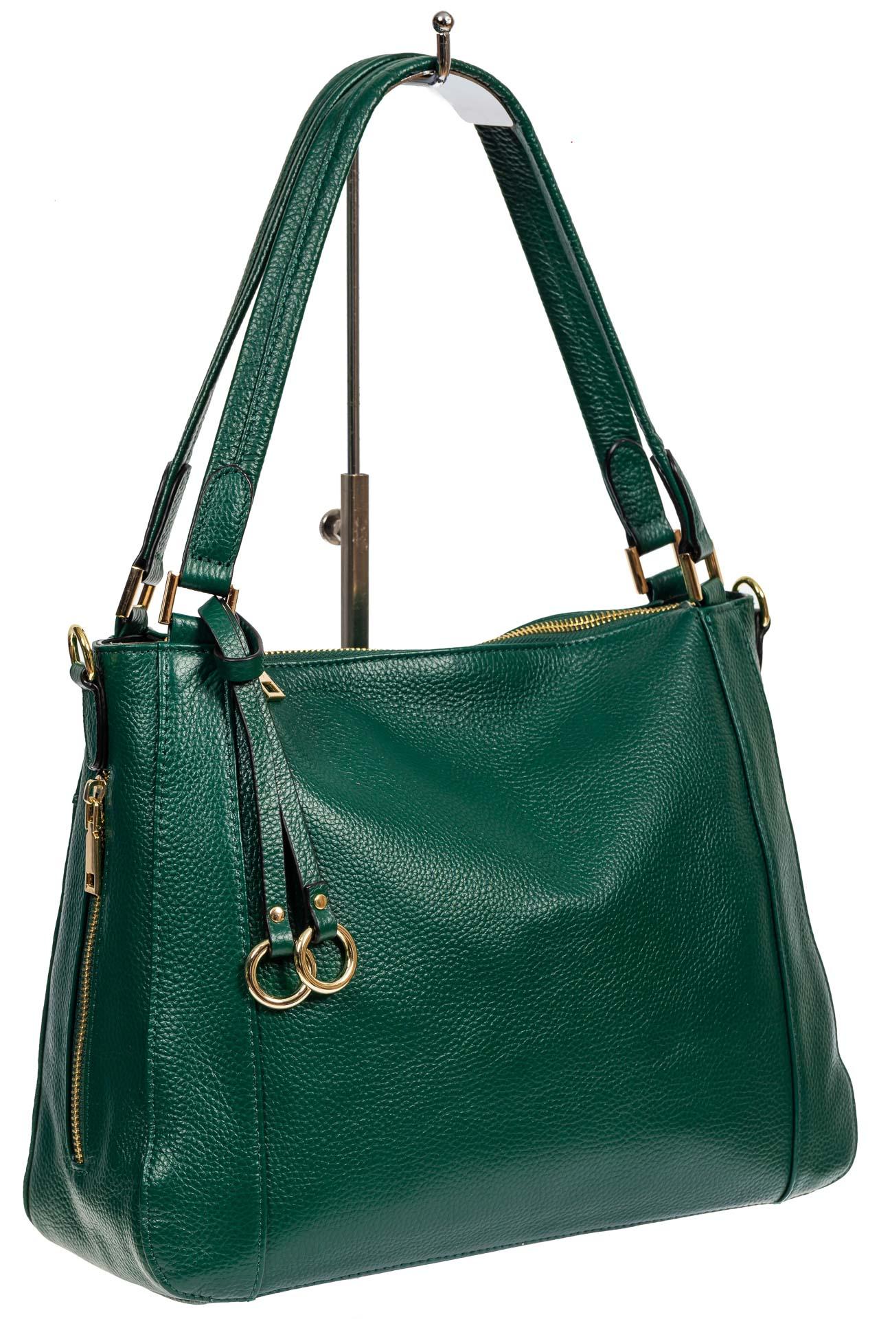 На фото 1 - Классическая женская сумка из натуральной кожи с декоративной подвеской, цвет зелёный