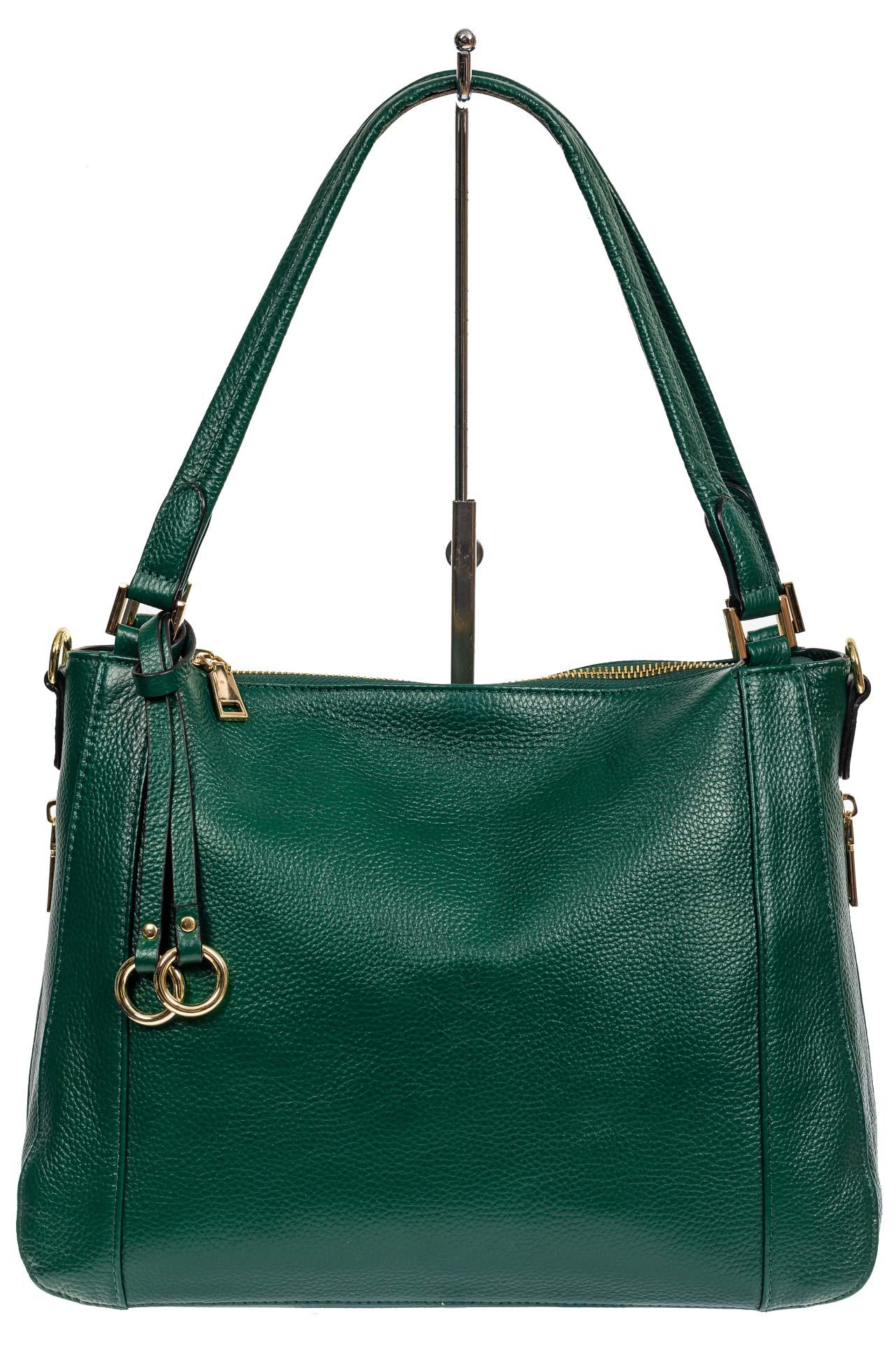 На фото 2 - Классическая женская сумка из натуральной кожи с декоративной подвеской, цвет зелёный