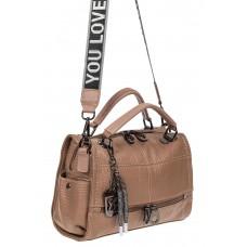 На фото 1 - Женская сумка из фактурной искусственной кожи с подвесками, цвет пудровый