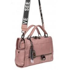 На фото 1 - Женская сумка из фактурной искусственной кожи с подвесками, цвет розовый