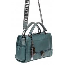 На фото 1 - Женская сумка из фактурной искусственной кожи с подвесками, цвет голубой