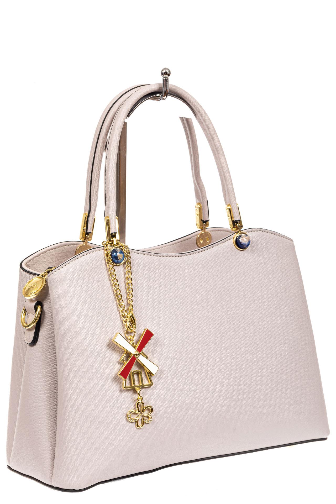 На фото 1 - Женская сумка тоут из кожзама с подвеской, цвет серо-белый