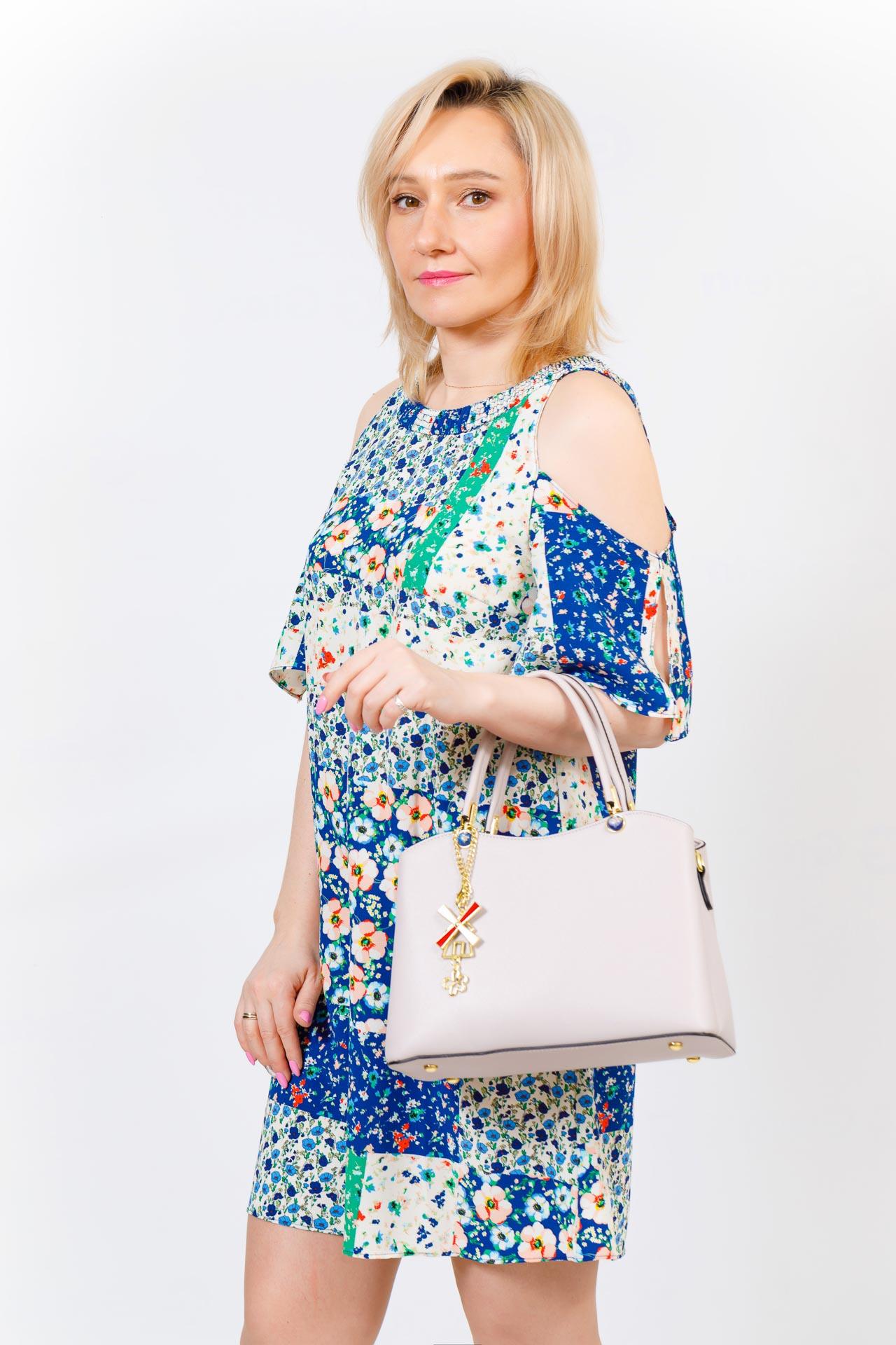 На фото 5 - Женская сумка тоут из кожзама с подвеской, цвет серо-белый