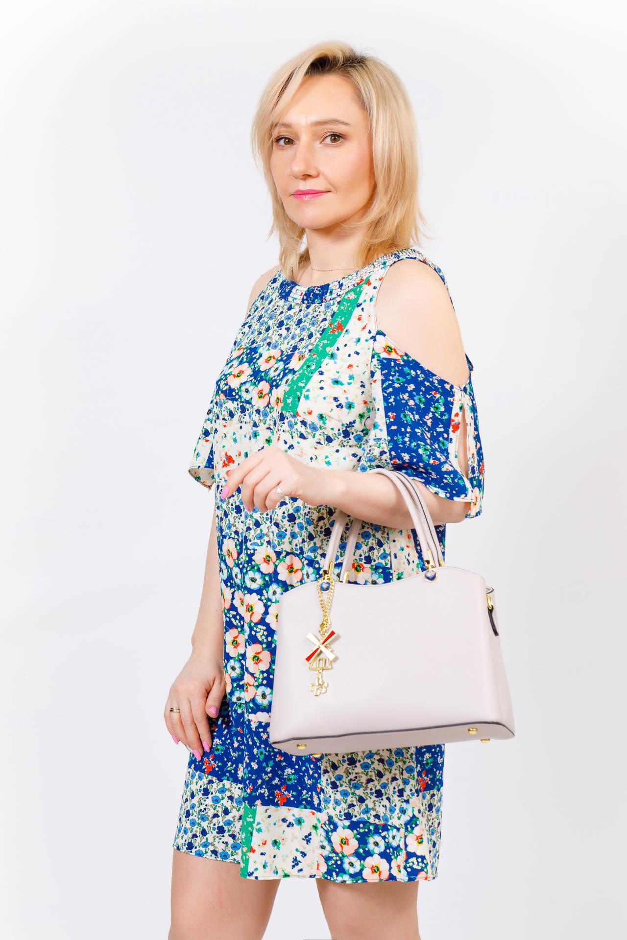 На фото 5 - Женская сумка тоут из кожзама с подвеской, цвет сине-зеленый